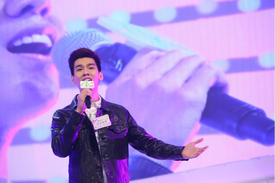 Singer Phil LAM shared smoke-free messages via music.